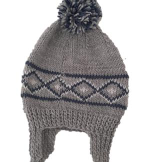 Handgemaakte grijze muts met oortjes en blauw/wit Noors patroon