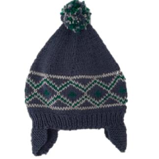 Handgemaakte, blauwe muts met groen/wit Noors patroon en een pluim