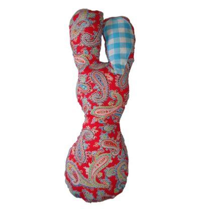 Handgemaakte rammelaar konijn in rood en blauw