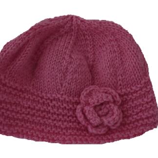 roze, handgemaakte muts met een klein bloemetje aan de zijkant