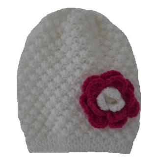 witte kindermuts met roze-witte bloem