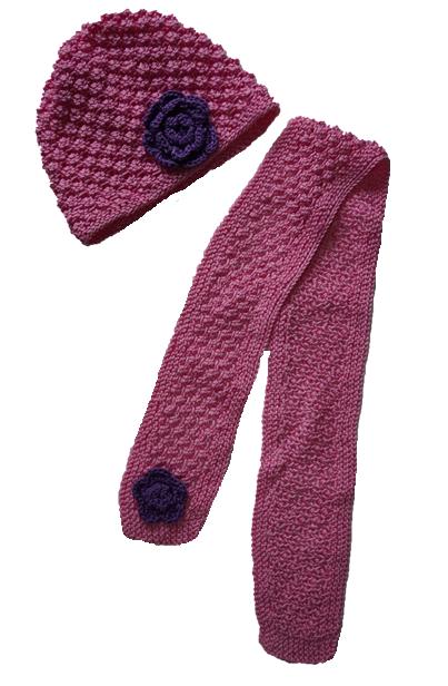 Handgemaakte roze muts en sjaal met paars bloemetje