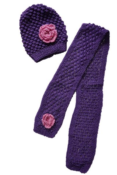 Handgemaakte paarse muts en sjaal met roze bloem
