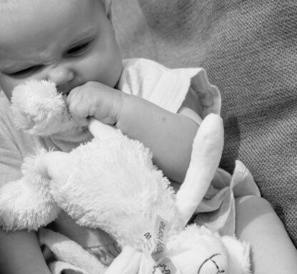 Baby speelt met Sheep Skyler van Happy Horse