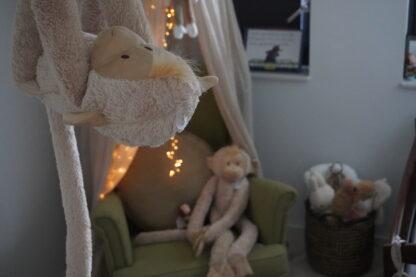 Hanging monkey in de kinderkamer