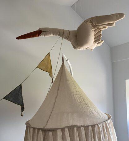 Vliegende zwaan als decoratie in de babykamer